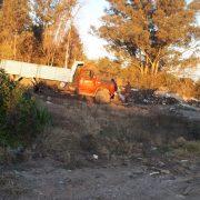 Personal municipal de Moreno detiene descarga ilegal de materiales contaminantes en las cercanías del arroyo Catonas y secuestra los camiones