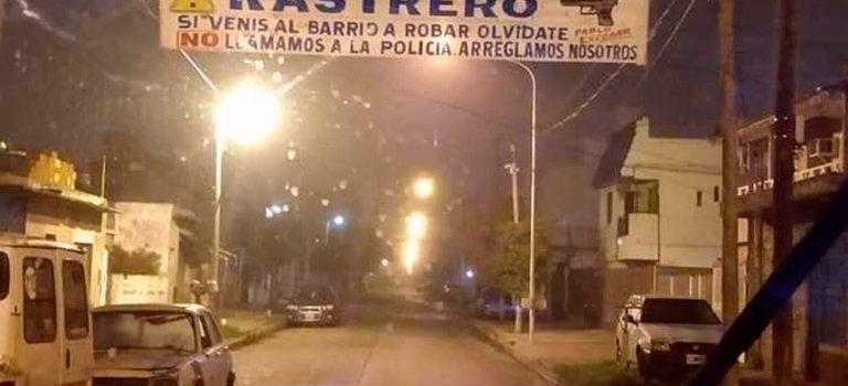 """El pasacalles de los vecinos de Isidro Casanova con una advertencia a los ladrones: """"Si venís a robar, no llamamos a la Policía"""""""