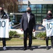 La AFA empuja a la campaña «Doná Plasma»: entregaron camisetas de la Selección para hinchas donantes