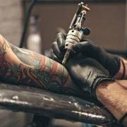 «Día de las Infancias»: Tatuadores solidarios de Isidro Casanova canjean juguetes por tatuajes