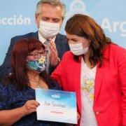 El Presidente y la Intendenta de Moreno, Mariel Fernández, celebraron el trabajo comunitario de las mujeres del C.C. La Chicharra: «De verdad ustedes han hecho una epopeya», dijo Alberto