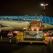 Aterrizó en Ezeiza el avión de Aerolíneas con las primeras 300 mil dosis de la Sputnik V
