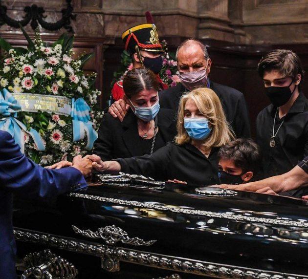 Los restos de Menem fueron enterrados en el Cementerio Islámico de La Tablada junto a los de su hijo Carlos